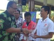 ronald mamarimbing pelatih puslatda jatim menerima penghargaan anugerah olahraga kategori pelatih terbaik versi siwo jatim, diserahkan ketua pwi jatim, akhmad munir