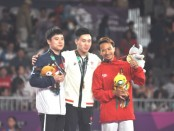 Agus Adi Prayoko (kanan), foto bareng usai menerima medali perunggu
