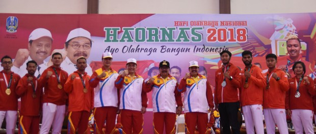 gubernur soekarwo usai membagikan bonus kepada para atlet peraih medali asian games 2018