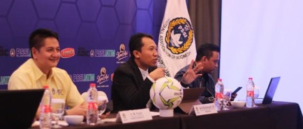 Sekum Asprov PSSI Jatim, Amir Burhanuddin SH dalam meeting manajer Piala Soeratin