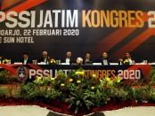 Ketua Asprov PSSI Jatim, Ahmad Riyadh (tengah) memimpin Kongres Tahunan 2020