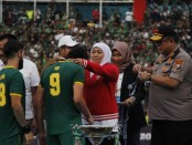 Gubernur Khofifah mengalungkan medali pemenang Piala Gubernur kepada pemain Persebaya didampingi Kapolda Irjen Pol Luki Hermawan
