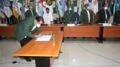 Erlangga Satriagung, ketua umum KONI Jatim, menandatangani MoU dengan stakeholder dalam Rakerprov KONI Jatim
