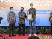 Rivan atlet putra terbaik, versi Siwo PWI Jatim, menerima penghargaan dari Ketua PWI Ainur Rohim