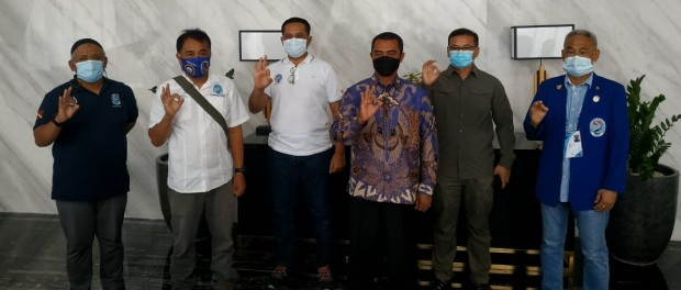 Widodo Dwi Purwanto (baju batik) Ketua Umum PB POSSI terpilih, foto bareng pengurus POSSI Jatim, usai Munas